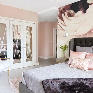 ニューヨークの中サイズのコンテンポラリースタイルのおしゃれな主寝室 (ピンクの壁、グレーの床) のインテリア