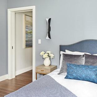 Ejemplo de habitación de invitados clásica renovada, pequeña, sin chimenea, con paredes azules, suelo de madera clara y suelo beige