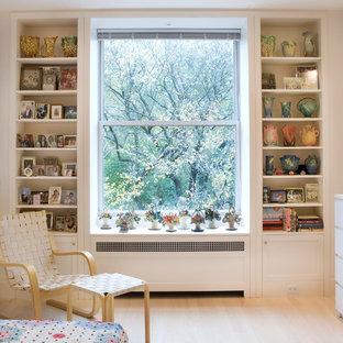 Ejemplo de dormitorio principal, clásico renovado, de tamaño medio, con suelo de madera clara, paredes blancas y suelo blanco