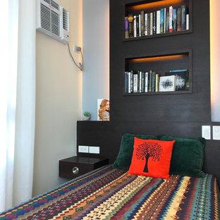 Immagine di una piccola camera degli ospiti boho chic con pareti beige, pavimento in legno massello medio, nessun camino e pavimento giallo