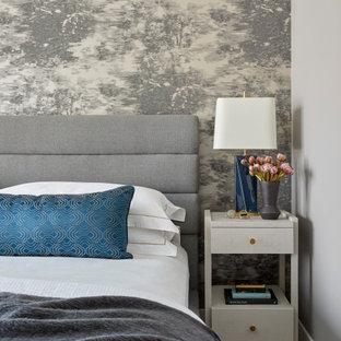 Imagen de dormitorio principal, actual, de tamaño medio, sin chimenea, con paredes grises y suelo blanco