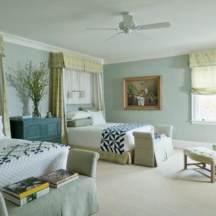 Foto di una camera da letto tradizionale con pareti blu e moquette