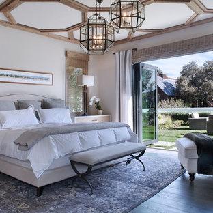 Inspiration för medelhavsstil huvudsovrum, med beige väggar, mörkt trägolv och grått golv