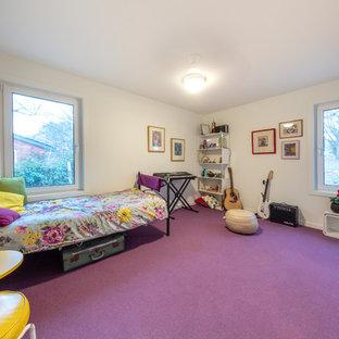 Imagen de dormitorio contemporáneo, pequeño, con paredes blancas, moqueta y suelo violeta