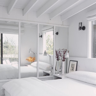 Esempio di una camera da letto minimalista con pareti bianche