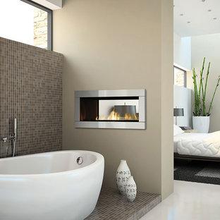 Идея дизайна: большая хозяйская спальня в стиле модернизм с белыми стенами, мраморным полом, горизонтальным камином и фасадом камина из металла