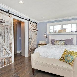 Imagen de dormitorio principal, campestre, de tamaño medio, sin chimenea, con paredes púrpuras y suelo de madera en tonos medios