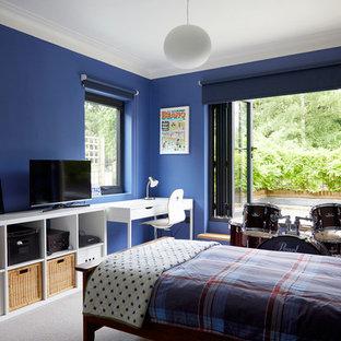На фото: большая спальня на антресоли в стиле модернизм с синими стенами, ковровым покрытием и серым полом с