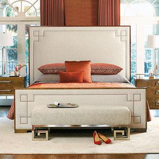 Diseño de dormitorio principal, clásico renovado, de tamaño medio, sin chimenea, con parades naranjas, suelo de madera oscura y suelo marrón