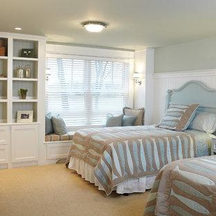 Свежая идея для дизайна: спальня в классическом стиле с синими стенами, ковровым покрытием и правильным освещением - отличное фото интерьера