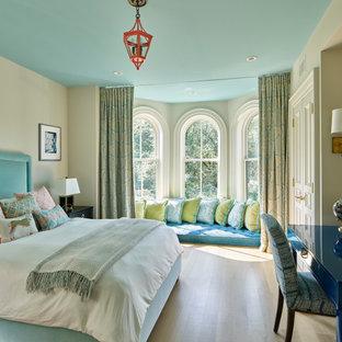 Imagen de dormitorio tradicional renovado con paredes beige, suelo de madera clara y suelo beige