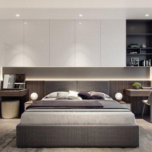 Exempel på ett modernt huvudsovrum, med vita väggar och kalkstensgolv