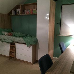 Пример оригинального дизайна: гостевая спальня среднего размера в стиле модернизм с зелеными стенами, ковровым покрытием и белым полом без камина