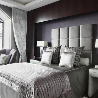 ロンドンのコンテンポラリースタイルのおしゃれな主寝室 (グレーの壁)