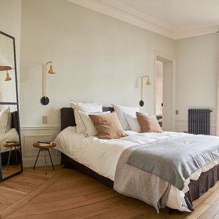 Aménagement d'une chambre parentale scandinave avec un mur gris et un sol en bois clair.