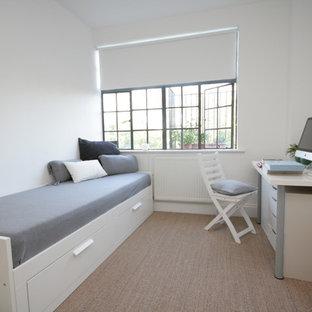 Ejemplo de dormitorio contemporáneo con paredes blancas