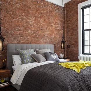 Modelo de dormitorio urbano, pequeño, con suelo de madera oscura, suelo marrón y paredes rojas