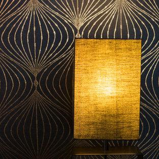 Foto de dormitorio principal, de estilo zen, pequeño, con paredes negras y suelo de madera oscura