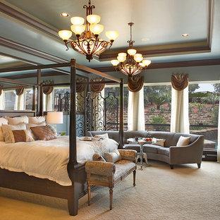 Modelo de dormitorio mediterráneo con paredes azules y moqueta