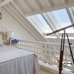 Modelo de dormitorio tipo loft, costero, de tamaño medio, sin chimenea, con paredes blancas