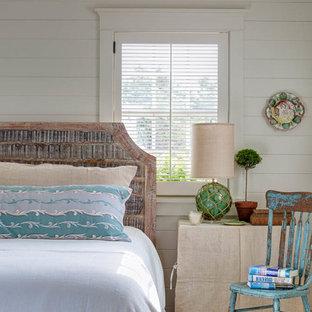 Diseño de dormitorio principal, marinero, pequeño, sin chimenea, con paredes blancas y suelo de madera clara