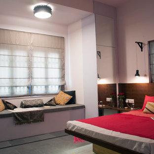ハイデラバードの中サイズのアジアンスタイルのおしゃれな主寝室 (白い壁、スレートの床、暖炉なし) のインテリア