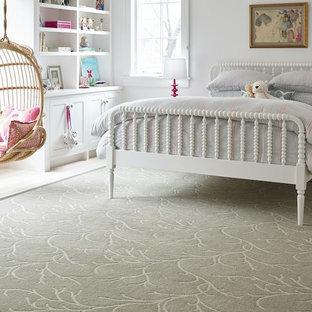 Ispirazione per una camera da letto tradizionale di medie dimensioni con pareti bianche, parquet chiaro, nessun camino e pavimento giallo