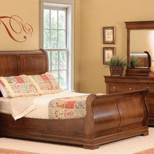 На фото: хозяйская спальня среднего размера в викторианском стиле с светлым паркетным полом с