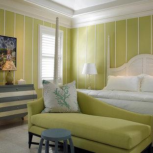 Foto de dormitorio tropical con paredes verdes