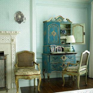 Großes Mediterranes Gästezimmer mit blauer Wandfarbe, Teppichboden, Kamin und Kaminumrandung aus Stein in New York