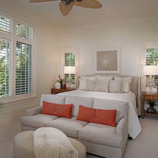 Immagine di una camera matrimoniale tropicale di medie dimensioni con pareti bianche e moquette