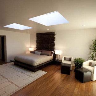 Ejemplo de dormitorio principal, contemporáneo, de tamaño medio, sin chimenea, con paredes blancas y suelo de bambú