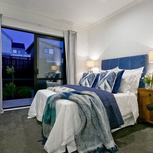 На фото: спальня в стиле современная классика с белыми стенами, ковровым покрытием и зеленым полом