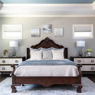 ダラスのトランジショナルスタイルのおしゃれな寝室 (グレーの壁、濃色無垢フローリング、茶色い床、折り上げ天井、壁紙)