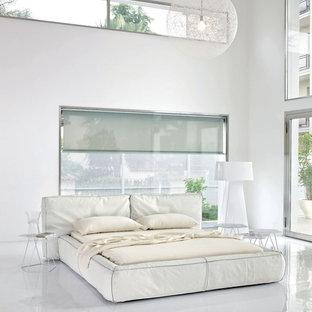 Imagen de dormitorio principal, moderno, grande, con paredes blancas, suelo vinílico y suelo blanco