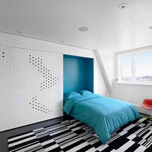 Cette image montre une chambre minimaliste avec un mur bleu et un sol en bois foncé.