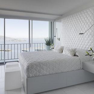 Idées déco pour une chambre moderne avec un mur blanc, un sol en marbre et un sol blanc.