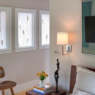 ボストンの中サイズのコンテンポラリースタイルのおしゃれなゲスト用寝室 (白い壁、淡色無垢フローリング、暖炉なし、茶色い床)