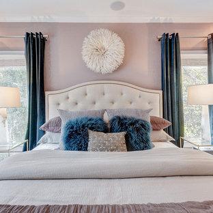 Inspiration för ett mellanstort vintage huvudsovrum, med lila väggar och heltäckningsmatta