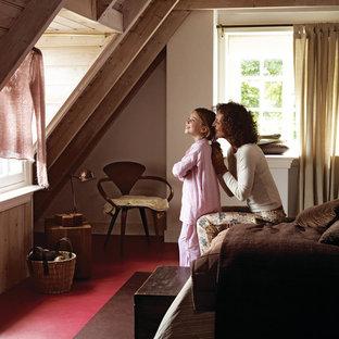 Ejemplo de dormitorio tipo loft, rural, de tamaño medio, sin chimenea, con paredes blancas y suelo de linóleo