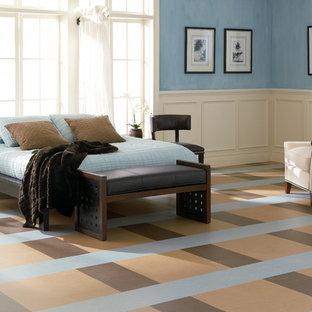 Modelo de dormitorio principal, minimalista, de tamaño medio, sin chimenea, con paredes azules y suelo de linóleo