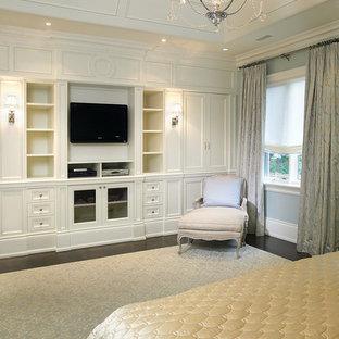 Пример оригинального дизайна интерьера: спальня в классическом стиле с темным паркетным полом