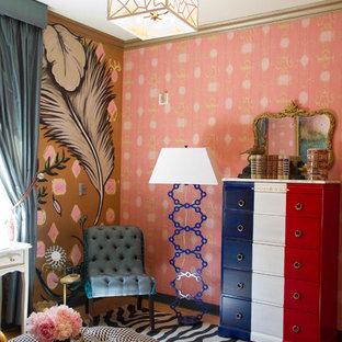 Imagen de dormitorio ecléctico con paredes rosas