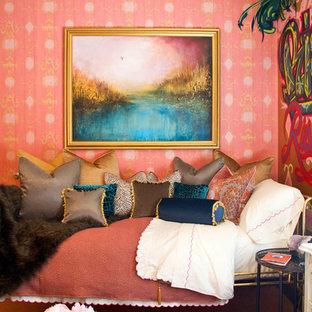 Неиссякаемый источник вдохновения для домашнего уюта: спальня в викторианском стиле с розовыми стенами
