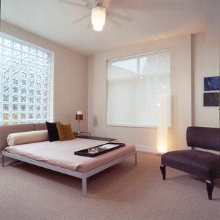 Стильный дизайн: спальня в стиле модернизм с розовыми стенами, ковровым покрытием и розовым полом - последний тренд