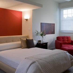 Immagine di una camera da letto minimalista con pareti rosse