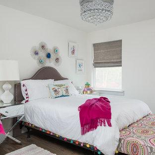 Stilmix Schlafzimmer mit weißer Wandfarbe, braunem Holzboden und braunem Boden in Dallas