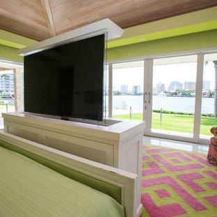 Ejemplo de dormitorio principal, tropical, con paredes verdes