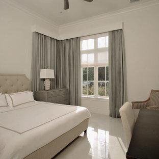Ejemplo de habitación de invitados tradicional renovada, de tamaño medio, sin chimenea, con paredes blancas, suelo de mármol y suelo beige