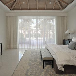 Diseño de dormitorio principal, contemporáneo, grande, sin chimenea, con paredes blancas, suelo de mármol y suelo beige